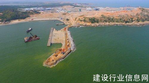 广东陆丰核电重件码头及西防洪堤沉箱安装完成
