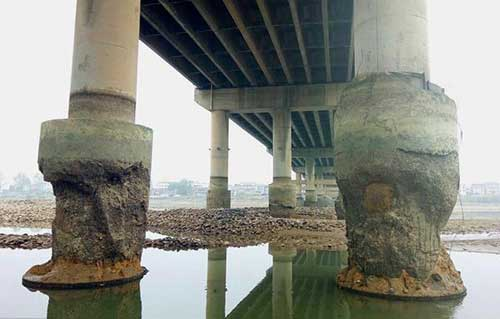 """湖南一大桥建成6年桥墩变""""蜂窝"""" 造价8800万"""