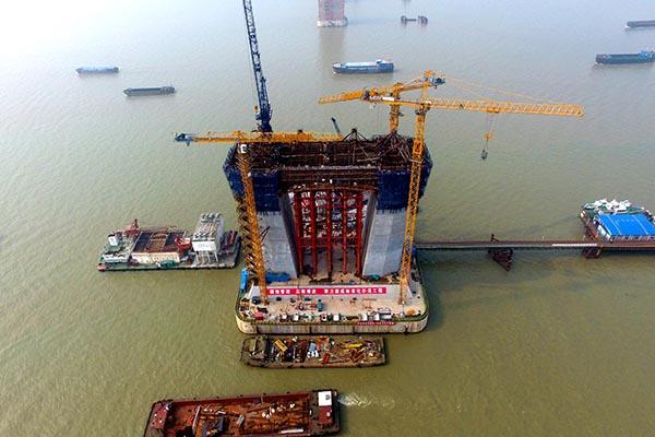 沪通长江大桥28号墩主塔下横梁完成首次浇筑