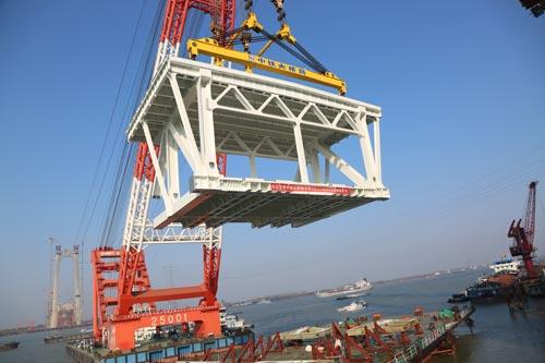 五峰山长江大桥首个边跨大节段钢梁架设成功