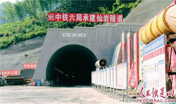 衢宁铁路一控制性隧道贯通
