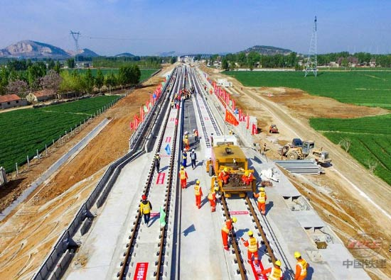 鲁南高铁日照至曲阜段正线铺轨完成
