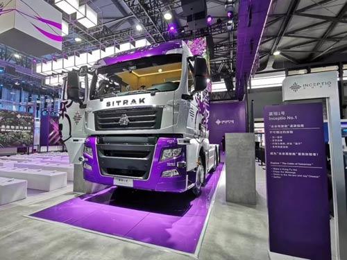 中国重汽汕德卡自动驾驶智能卡车亮相