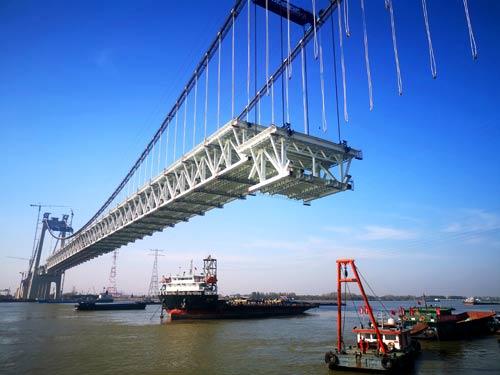 五峰山长江大桥中跨钢梁第二阶段架设圆满完成