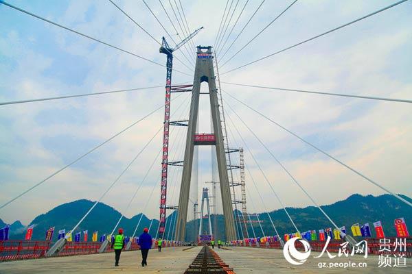 世界最高混凝土高塔桥贵州平塘特大桥建成通车
