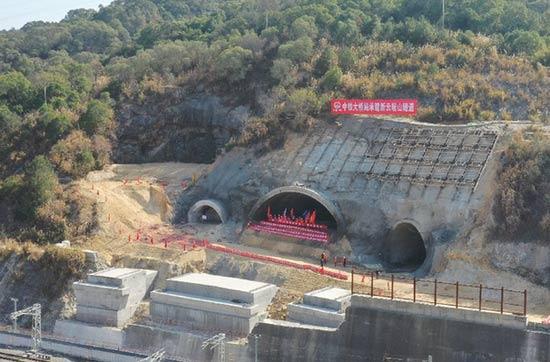 新建福厦铁路新云居山隧道顺利贯