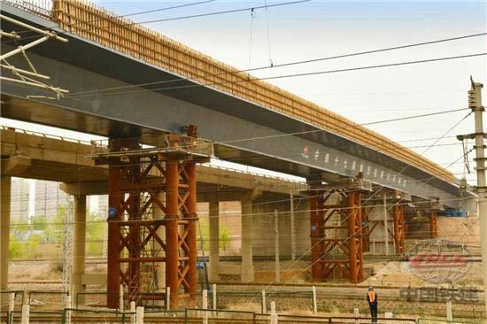 山西省最长跨铁路立交桥钢箱梁顶