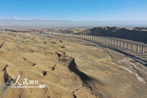 甘肃阿克塞:大漠深处路弯弯