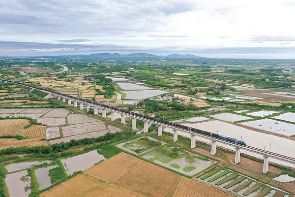 满载煤炭的列车行驶在浩吉铁路湖北荆门段