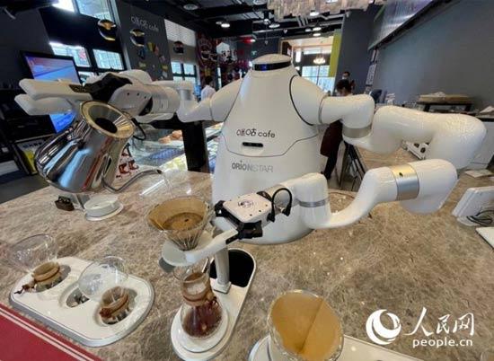 """服务机器人商用成现实 90后小伙教""""徒弟""""冲"""