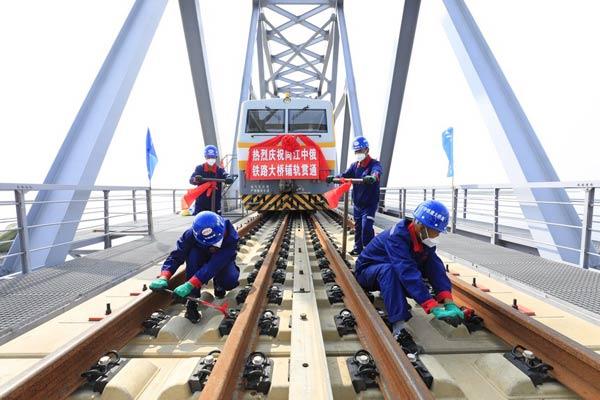 中俄两国首座跨江铁路大桥铺轨贯通