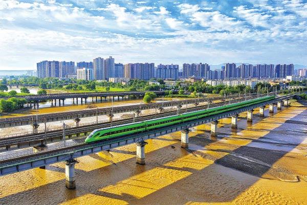 复兴号动车组驶过西康线灞河铁路桥