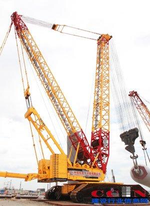 徐工2000吨级履带起重机更采用60米重型主臂溜尾,配合液压式塔架起重