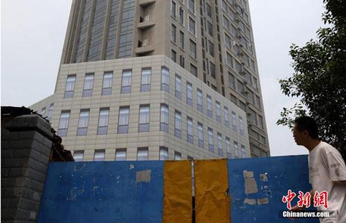 """南京十年烂尾楼糊上塑料布""""窗"""" 称为维"""