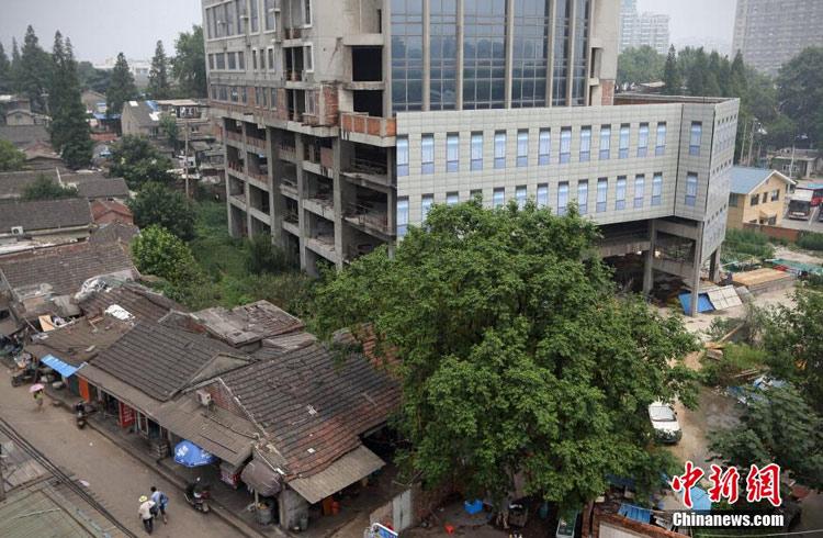 """南京十年烂尾楼糊上塑料布""""窗"""" 称为维护市容"""