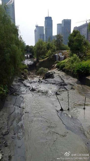 杭州地铁附近路面塌陷 河水倒灌地铁基坑