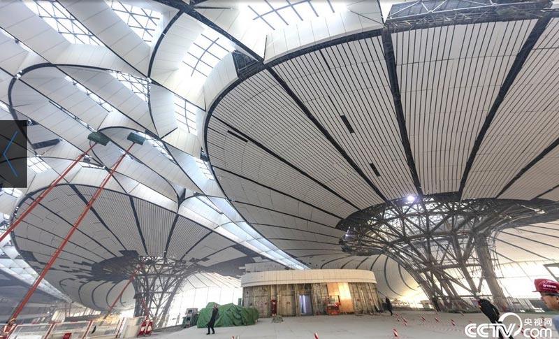 """【央视网消息】2018年12月19日,北京大兴国际机场航站楼的屋面已基本完工,一只金色""""凤凰""""完整地出现在北京城南。航站楼的室内装修在有条不紊的推进中。 视觉中国"""