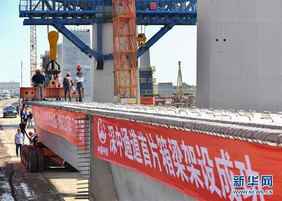 11月21日,中铁大桥局施工人员在中山市翠亨新区架设深中通道首片箱梁。