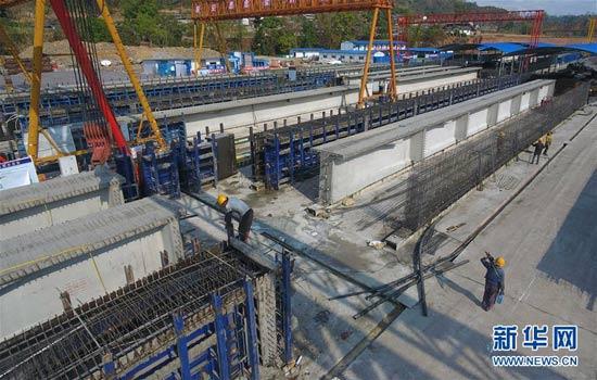 4月13日,工人在云南墨临(墨江——临沧)公路土建8标2号制梁厂施工(无人机照片)