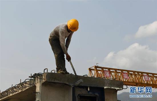 云南墨临公路建设:加紧制梁