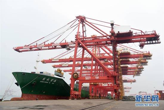 4月16日在山东港口日照港拍摄的接卸货物作业现场
